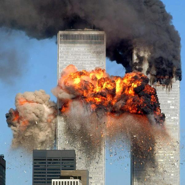 Momento do impacto Às 9 horas da manhã do dia 11 de setembro de 2001, o voo 175 da United Airlines colidiu contra a torre sul do World Trade Center. A fotografia de Spencer Platt mostra o voo 175 atingindo a torre sul do World Trade Center entre fumaça e chamas.