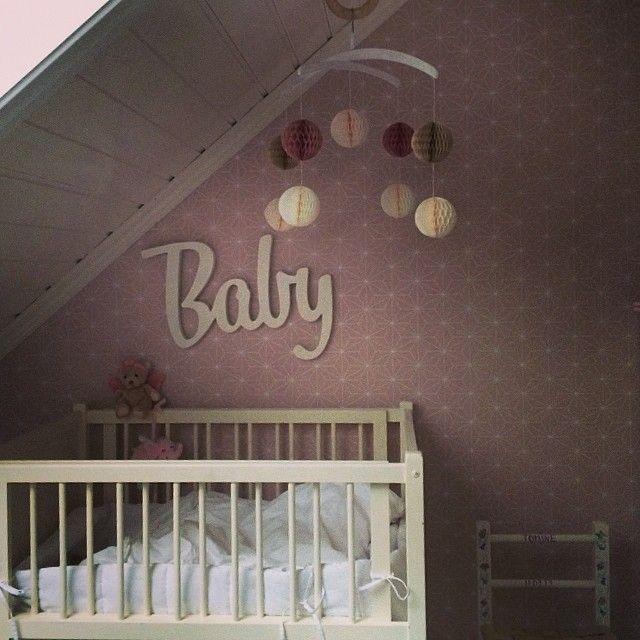 #ShareIG #babyrom#jenterom#barnerom#diy#uro#pompoms#søstrenegreene#baby#skuvseng#ikea#tapet#bråkig#hay#knagg#gym#rosa#hvit#kidinteriør#princessbutikken