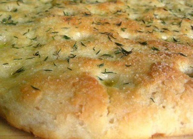 350 g. Wasser 20g. frische Hefe oder 8 g. trocken 550 g. Fest Mehl 30g. Zucker 30g. Olivenöl 20g. Butter Salz TM Wasser, Hefe, Zucker, Öl und Butter, und stellen Sie zwei Minuten 37., Stufe4 Mehl, Salz und kneten für 3 Minuten, Teig - verdoppeln. 4.Plathoume vier Laibe, die Presse mit den Fingern, um abgeflacht und mit Öl bestreichen werden. 5.Paspalizoume mit grobem Salz und Oregano oder mit Käse. TM 50 backen bei 180 Grad für 40 bis 45 Minuten.