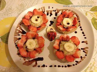 Cookies raw cu căpșuni și banane     Mini-prăjiturele (de fapt cam maxi-prăjiturele) cu căpșuni și banane.   Ingrediente :  o cană mare făină de migdale  2 linguri de miere  vanilie extract sau păstaie   3 linguri unt de cocos (topit)  o linguriță mesquite  puțină apă (cam 5 linguri mari)    Mod de preparare:    Se amestecă toate ingredientele (le-am amestecat cu lingura de lemn nici măcar n-am mai murdărit robotul făina o aveam râșnită deja) până ce iese o cocă mai spre tare și o împărțim…