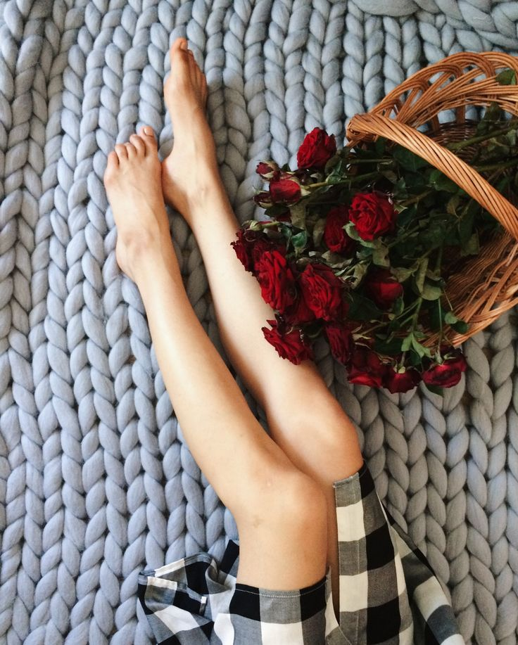 Flatlay. Woman Legs, roses and a knitted plaid of merino. view from above. Букет роз в корзине, женские ноги на фоне вязанного пледа, вид сверху. Раскладка, меринос, плед, флетлей, розы, цветы, букет
