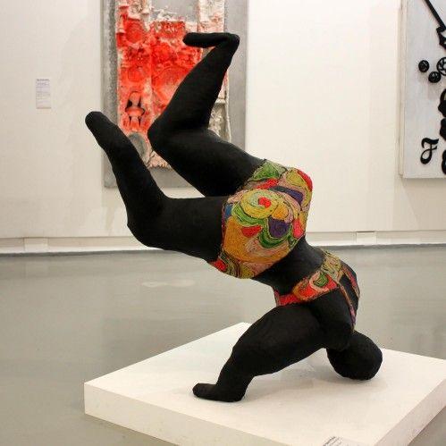 Nana noire  up and down (1965-1966). Peinture, laine, tissu sur grillage