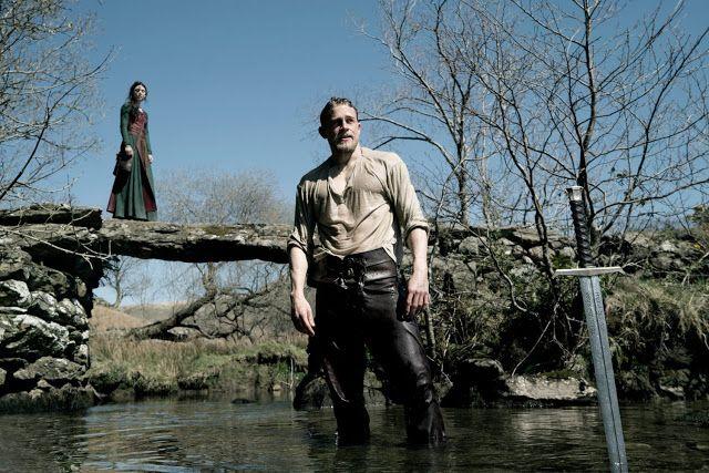 Astrid Bergés-Frisbey, Charlie Hunnam e a espada Excalibur no filme Rei Artur: A Lenda da Espada.