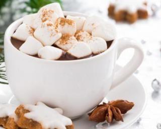 Chocolat chaud aux marshmallows maison allégés : http://www.fourchette-et-bikini.fr/recettes/recettes-minceur/chocolat-chaud-aux-marshmallows-maison-alleges.html