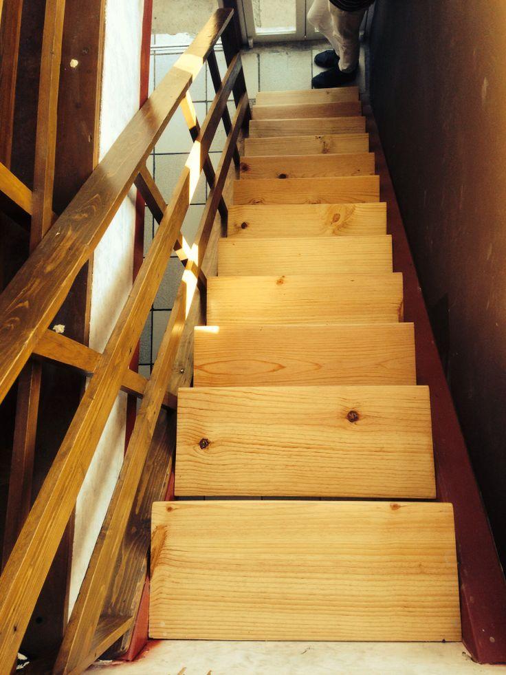 Escaleras en madera reciclada con barniz de tráfico pesado al natural. Talante Taller diseño mexicano ecológico