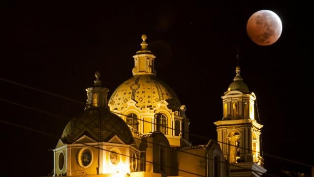 The Blood Moon October 2014. The moon overhangs a cathedral in Cholula, Mexico. (AAP)