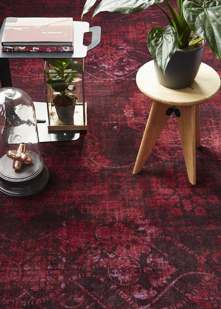 Trendy accessoires en hippe #kamerplanten combineren met de klassieke dessins in vervaagde kleuren uit de #tapijtcollectie #Vintage