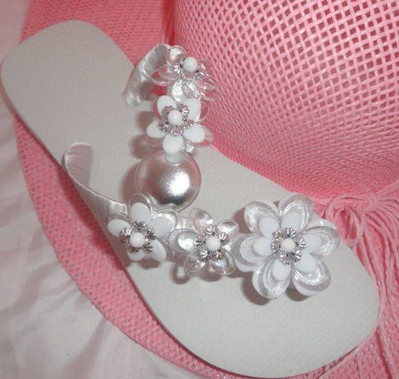 Sandália Havaina Branca bordada com flores brancas e transparentes é uma ótima opção para noivas. R$ 43,00