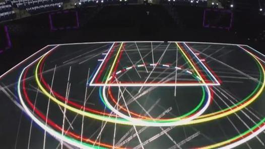 Nike pakt uit met een reclamefilmpje voor een nieuw soort basketbalveld. Het veld bevat LED-lampjes waardoor allerlei leuke effecten mogelijk zijn.