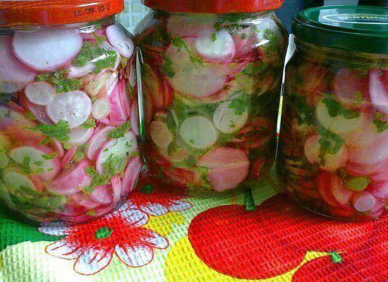 Редис чаще всего используется в салатах. Как домашняя заготовка - редис на зиму - это редкость. Рецепт редиски на зиму порадует составом полезных ингредиентов. Салат с пряной зеленью и редисом верн…