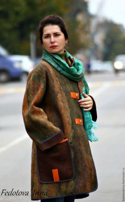 Купить или заказать Авторское пальто 'Хамелеон'.Коллекция 'Калейдоскоп'. в интернет-магазине на Ярмарке Мастеров. Легкое,комфортное пальто прямого силуэта. Изготовлено из шерсти мериноса. Изнаночная сторона коричневого цвета,лицевая - оттенки зеленого,оранжевого,коричневого,желтого цвета. Декор - джинсовая бейка и натуральная кожа. Пальто застегивается на пуговицы,по бокам два больших кармана. Внутри пальто без подклада и без швов. Можно носить в температурный режим от +5 град...