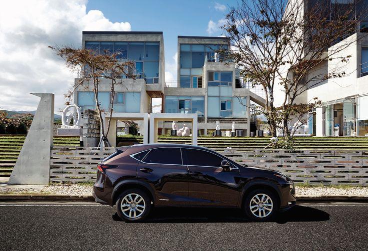 자동차의 발전과 트렌드를 논할 때, 디자인과 소재, 감성 품질 면에서 렉서스가 차지하는 역할은 상당하다. 프리미엄 브랜드의 가치를 적용하려 고심한 흔적이 역력한 NX 300h. | Lexus i-Magazine 다운로드 ▶ www.lexus.co.kr/magazine #Lexus #Magazine #NX300h #NX