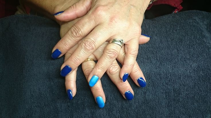 Donkerblauwe gellak met een licht blauwe accentnagel op ringvingers @BLnailstudio