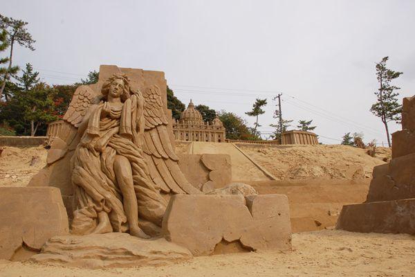 鳥取砂の美術館2006展示作品 2006 exhibited works Museum of Tottori sand | 天使の像 Statue of an angel | 歌劇「トスカ」の舞台になったサンタンジェロ城。頂上に立つ「剣を振り下ろす天使の像」がシンボル。砂像彫刻者:茶圓勝彦(チャエン・カツヒコ)日本