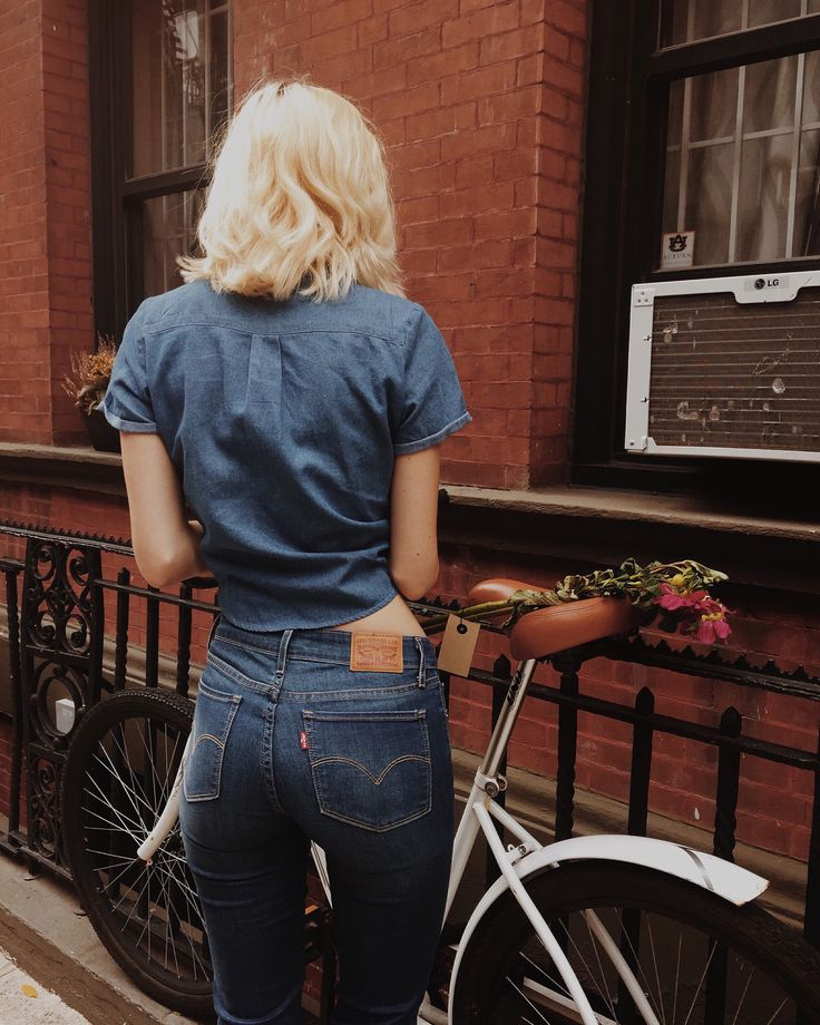 Fally with bikes in my comf Levi's® 712's. Love these babies forever. #ad @LadiesInLevis @levis @hannahleeddphoto