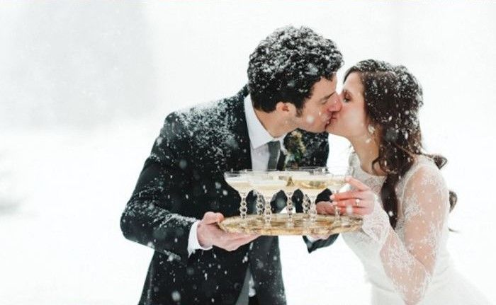 A LEGSZEBB TÉLI ESKÜVŐK   Bár a fehér karácsony idén is elkerült minket, összeszedtünk Nektek egy csokor gyönyörű képet téli esküvőkről. Van köztetek, aki télen tartotta a mennyegzőjét? Ne habozzatok megosztani velünk képeiteket akár üzenetben, akár itt, a poszt alatt! #téliesküvők #esküvőkhóesésben