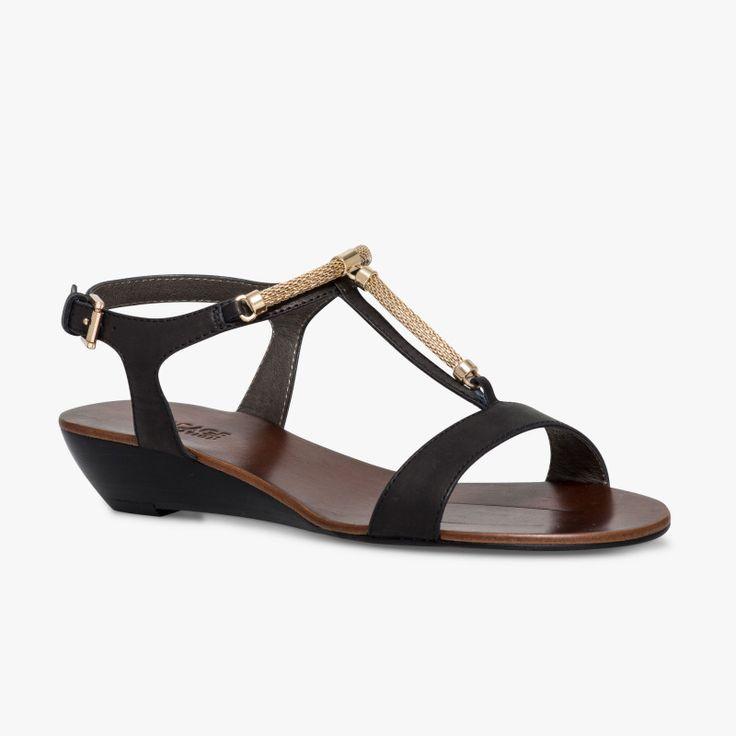 Sandale compensée noire Un petit compensé en cuir agréable à porter. Ses bijoux or sur l'avant du pied l'habillent parfaitement. Cette sandale possède la technologie breveté Bocage Innovation, ainsi votre chaussure s'adaptera aux largeurs de votre pied et vous garantira un bien-être inédit. Talon : 3,5cm. •#SHOESINMYLIFE On peut associer cette sandale avec des tenues habillées mais aussi plus casual. •Prendre votre pointure habituelle.