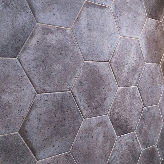 Płytki heksagonalne, inspirowane kształtem plastrów miodu to ostatnio hit! Jak Wam się podobają? :) #HOFF #salonhoff #kraków #ilovehoff #łazienka #łazienki #design #wystrojwnetrz #bathroom #bathroomdesign #ceramika #inspiracja #heksagon #heksagony #tiles #mozaika #mosaic #płytki #tiles #instagood #instacool #perfect #beautiful