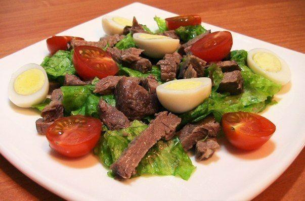 Салат с говядиной, томатами и яйцами