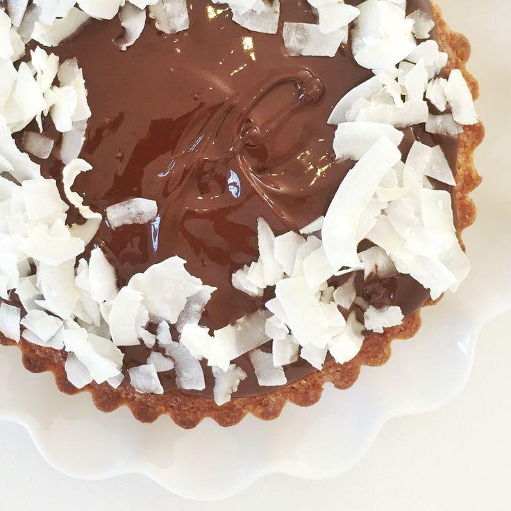 """I dagblev der serveret Bountykage for min veninde og kollega Anne au chocolat– eller det kalder jeg hende jo ikke – jeg kalder hende bare Anne 🙂 Men hun skulle komme forbi til kaffe, babyhygge og en sludder om vores businesses (hun er lige blevet selvstændig på fuld tid). Det var smadder hyggeligt. Jeg må sige, når """"dronningen"""" af chokolade godkender min kage – og tilmed roser den vildt meget (for dét gjorde hun!), så bliver jegglad. Meget glad – og så skal I have opskriften… Her er den…"""