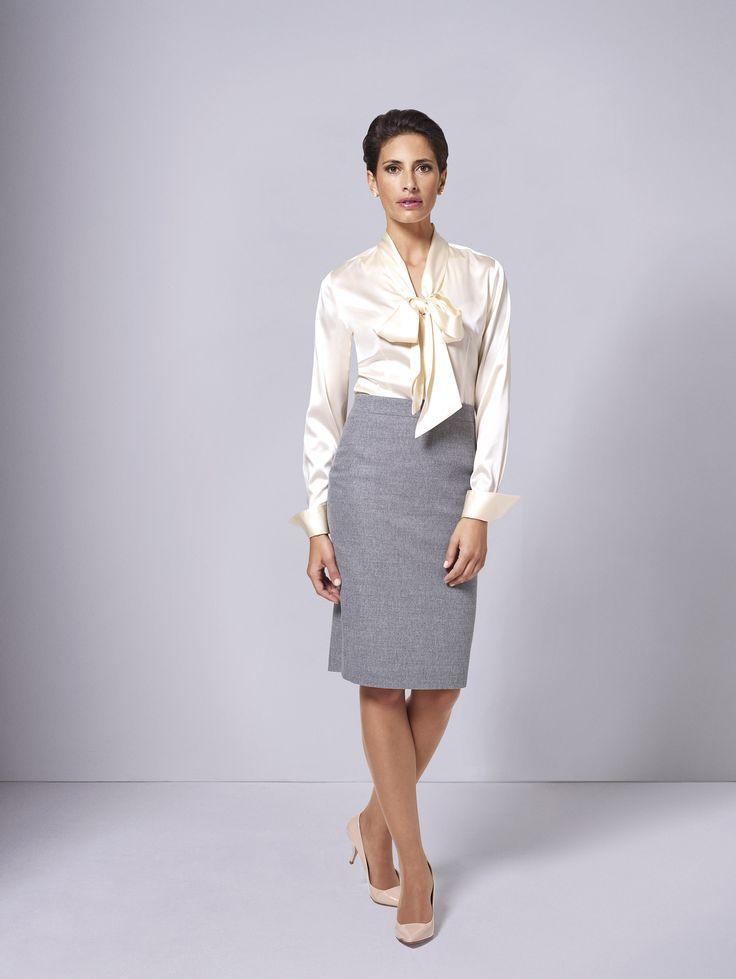 Die feminine Schluppenbluse mit tiefem Ausschnitt ist mit ihren unzähligen Kombinations- und Stylingmöglichkeiten ein modisches Allroundtalent, das jedem Outfit das gewisse Etwas verleiht: Mit zum Krawattenknoten gebundener Schluppe gibt sie Business-Anzügen eine weibliche Note.