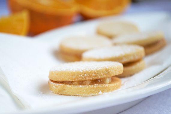 Mit Schokocreme und Orangenmarmelade werden die Plätzchen zusammengesetzt. Das Rezept für die fruchtigen #Orangenkekse ist hier.
