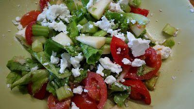 cucina di casa: insalata, mela verde, sedano pomodori e feta