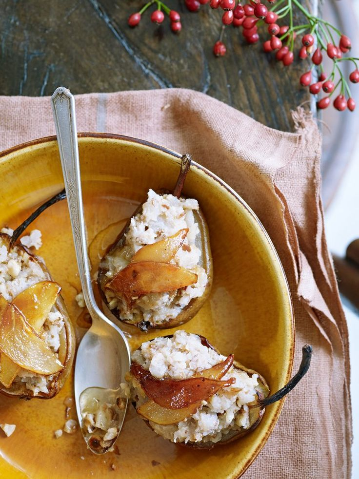 Roasted Pear & Walnut & Ginger Filling | lekker en simpel. Wel teleurstelling toen de peervulling helemaal bruin zag ipv wit zoals op de afbeelding... :) decoratie dus met witte nootjes aan te raden