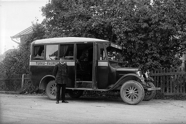 Kauppatori - Raunistula -linjan linja-auto Raunistulassa 1933. Turun Museokeskus