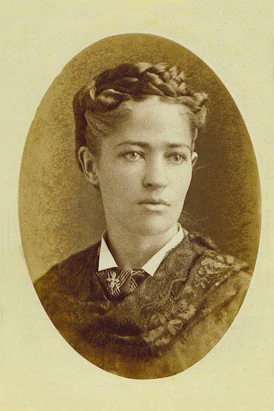 Josephine Cochrane (1839-1913) made the first practical mechanical dishwasher in 1886, although a washing machine device was patented in 1850 by Joel Houghton | Photo via de.wikipedia.org | Permission: PD | read more about her on http://forgottennewsmakers.com/2010/04/20/josephine-cochrane-1839-1913-invented-the-dishwasher/