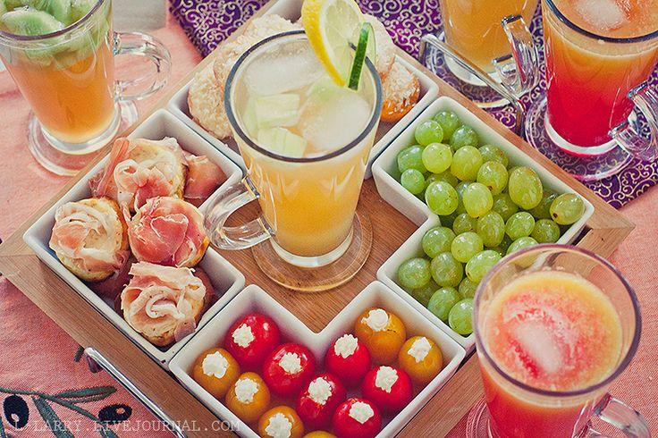 Идея для закуски: -Маринованный виноград -Помидоры с чесноком и сливочным сыром  -Абрикосы, запеченные с маскарпоне. -Мини-маффины с рикоттой и беконом.