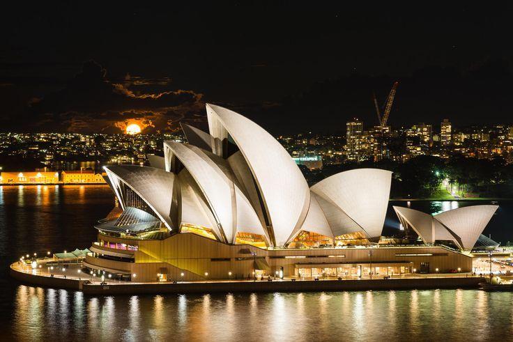 Ópera de Sydney, Australia.  El símbolo de Sydney es un claro ejemplo de arquitectura expresionista. Fue realizado por el arquitecto Jorn Utzon en el año 1973 luego de que su diseño ganara un concurso. Su mayor característica son las bóvedas en forma de concha que se sitúa sobre un podio cuadrado que las sostiene.