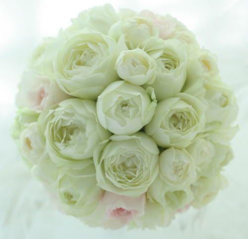 一会で定番のように作るブーケのひとつ、丸いバラだけの丸いブーケ。ほんの少し、淡いピンクをいれて。銀座にあるブラッスリーポールボキューズ様へ会場装花と一緒に...