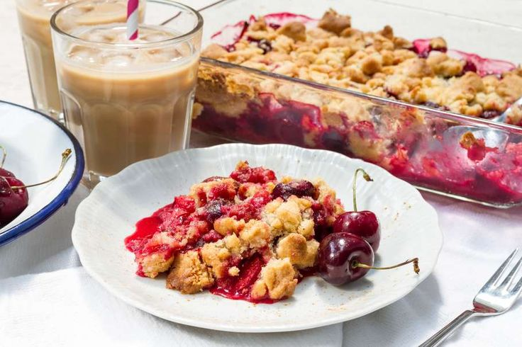 Recept voor iJskoffie voor 4 personen. Met suiker, boter, melk, koffie, pruim, kers, bloem en ijsklont