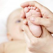 El Shantala es una técnica de masaje milenaria, de origen hindú, que potencia el vínculo entre el bebé y la madre, y proporciona bienestar físico y psíquico al bebé. Los masajes son uno de los momentos preferidos de los bebés. El masaje infantil Shantala consigue calmar a los bebés, aumentar la resistencia de su organismo y conseguir que tengan un sueño tranquilo y un desarrollo psíquico positivo. Guiainfantil te enseña a hacer un masaje a tu bebé, paso a paso.