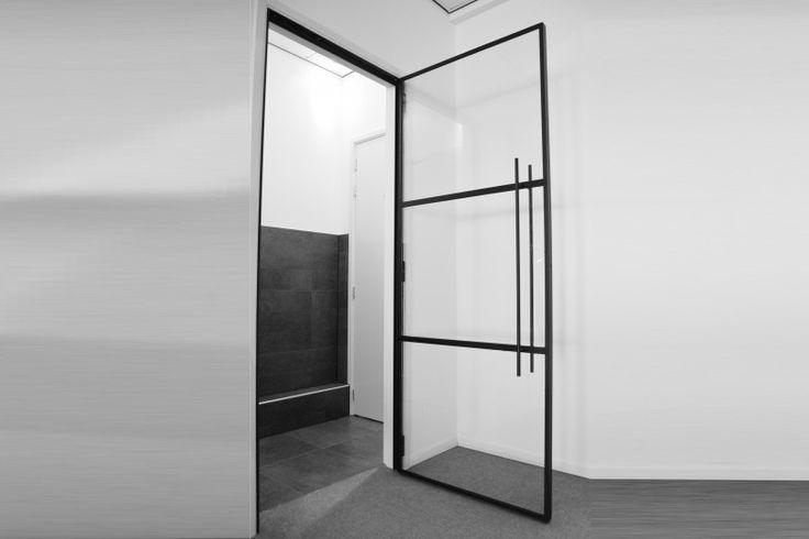 Steel black door. Mooie stalen binnendeur, afgewerkt met stopverf look. Vraag vrijblijvend een offerte aan op info@indoorsteel.nl of bezoek de site www.indoorsteel.nl