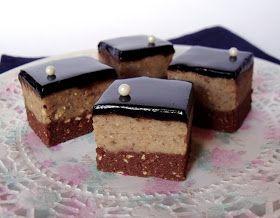 Egy nagyon egyszerű édességet is ünnepivé varázsolhatunk ezzel a csodás, tükörfényű csokiglazúrral. Hozzávalók 22 x 22 cm-es tep...