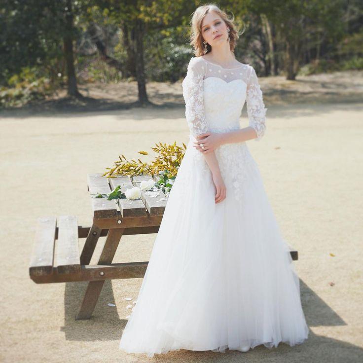 フェザーライクなフラワースリーブがフェミニンな印象。 レディなスタイルで、いつもの私をブラッシュアップ。  ドレス DBW081 / 120,000 #dressbenedetta #wedding #weddingday #weddingdress #w #dress #dressshop #accessory #natural #nagoya #flowers #weddingphoto #結婚式 #パーティー #ウェディングドレス #ドレス #フォトウェディング #ナチュラル #チュール #袖付きドレス #2017秋婚 #2017冬婚 #2017wedding #2018春婚 #プレ花嫁 #挙式準備 #名古屋 #栄 #ドレスベネデッタ http://gelinshop.com/ipost/1517956497106073872/?code=BUQ3WRCgPkQ