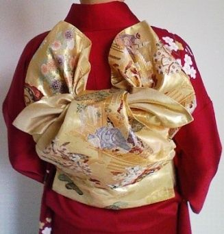 A woman dressed in kimono with a somewhat complex obi knot.