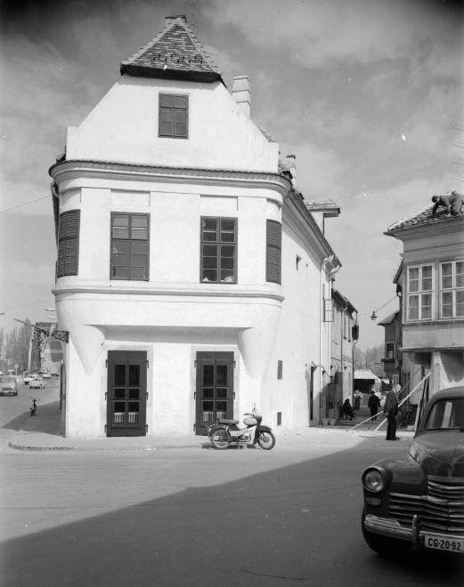 Kreszta-ház a Jedlik Ányos utca és Káposztás köz sarkán.