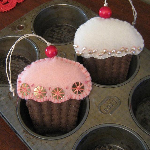 """Impulse item idea"" for Bake Sale or Holiday Carnival  --  Cupcake Ornament (no tutorial, tho)."