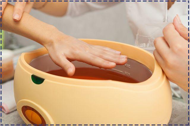 Odpowiednio zastosowana  parafina lecznicza sprawia, że skóra na dłoniach staje się delikatniejsza i jedwabista. Produkt można nabyć w aptekach, do pielęgnacji wystarczy już 5 minutowa kąpiel rąk przeprowadzona według instrukcji na opakowaniu.