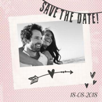 Save the date kaart zacht zalmroze met slinger en foto #savethedate #trouwen #huwelijksaankondiging #foto #bruidspaar #vintage #zalmroze #stip #slinger