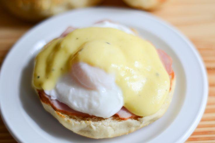 Huevos benedictinos, una receta ideal para el brunch o el desayuno. Consisten en una tostada de bagel o English Muffin, algún fiambre y Salsa Holandesa.