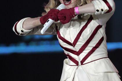 Billboard признал Мадонну женщиной года http://mnogomerie.ru/2016/12/10/billboard-priznal-madonny-jenshinoi-goda/  Мадонна на концерте в Санкт-Петербурге Певица Мадонна получила от американского журнала Billboard награду «Женщина года». Об этом сообщается на сайте издания. Церемония вручения премий состоялась 9 декабря. В своей речи певица назвала своим самым противоречивым поступком то, что она до сих «здесь», в то время как многие знаковые артисты — например, Майкл Джексон, Дэвид Боуи, […]…