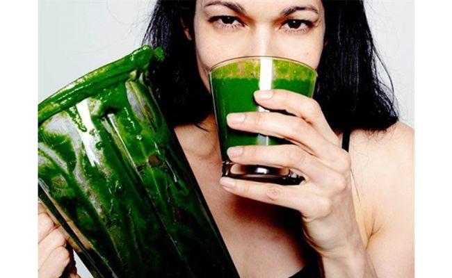 Detoksun yeşili de olur mu deme, olur. Hatta kendine yapabileceğin en büyük iyilik olur. Yaza hazırlanmanın en sağlıklı yolu! Temelde koyu yeşillerin sularını içerek uygulanan bir tür arınma. Ispanak, pazı, roka, maydanoz, fesleğen, dereotu, kereviz sapı, karalahana vb. yeşilliklerden sevdiklerini karıştırarak kalın demetler halinde meyve suyu sıkacağından geçirip içine de biraz limon kattığında kopkoyu yemyeşil…
