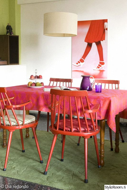 """""""Diaredondo"""":n ruokailuryhmä muuttuu moderniksi kirkkaan värin avulla. #styleroom #inspiroivakoti #keittio"""