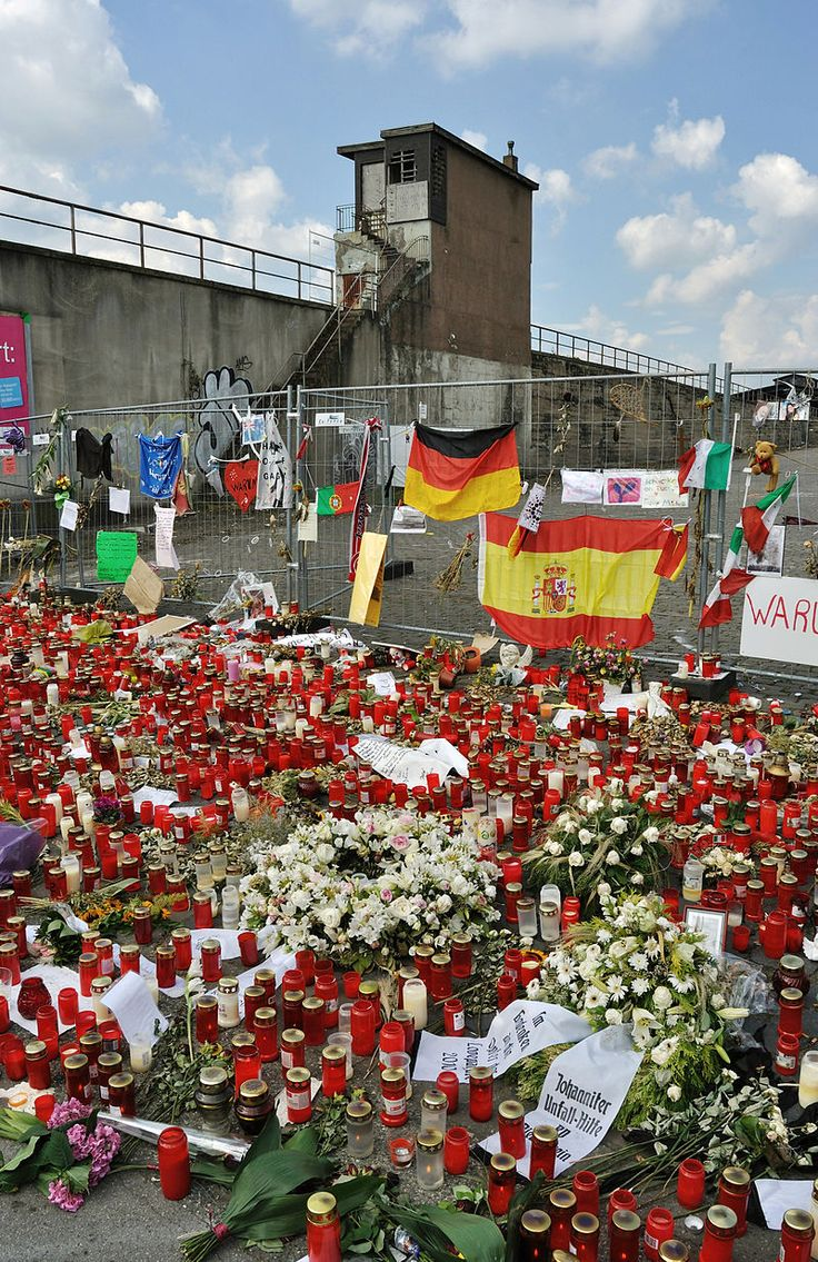 Das Unglück bei der Loveparade ereignete sich während der 19. Veranstaltung dieser Art am 24. Juli 2010 in Duisburg. Dabei kamen 21 Menschen ums Leben, 541 weitere wurden schwer verletzt. Foto: Kondolenz an der Ostrampe