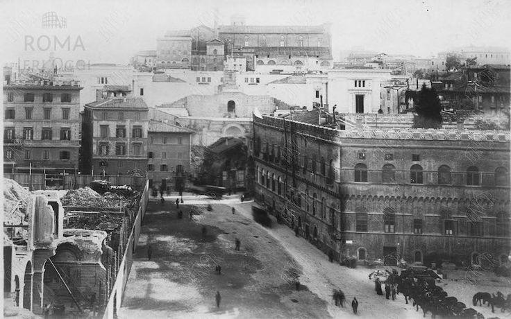 Piazza Venezia (1901 ca)  A sinistra Palazzo Torlonia in demolizione a destra Palazzetto Venezia ancora al suo posto e tra i palazzi il primo piano del Vittoriano. Sullo sfondo la Basilica di Santa Maria in Ara Coeli.