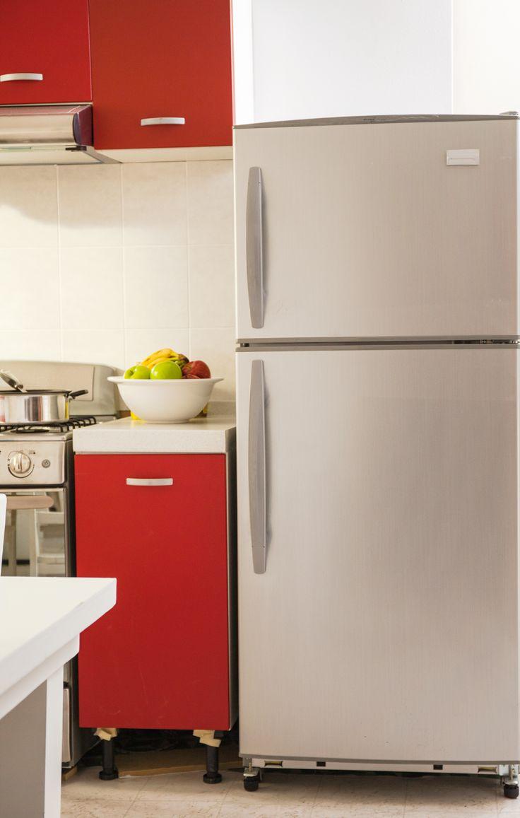Un refrigerador en tonos grises es ideal para combinar con rojo, dando un toque de elegancia a tu cocina.
